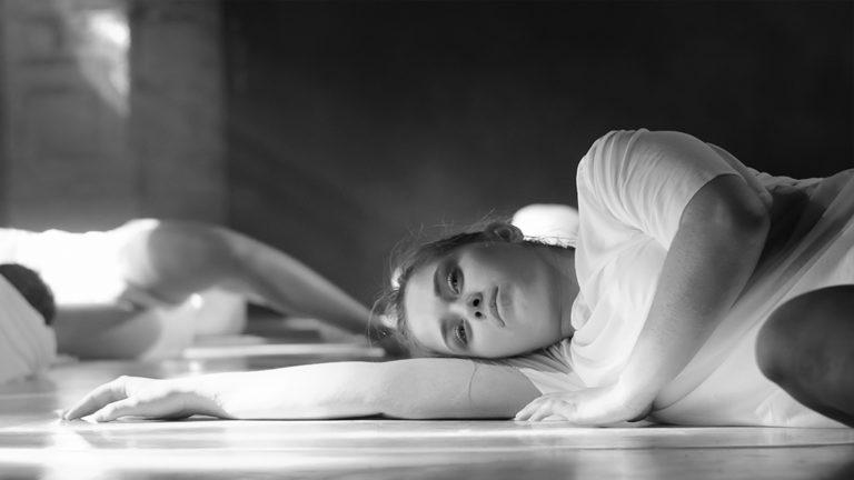 Danseuse couchée sur le sol